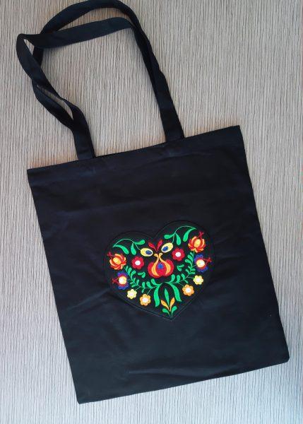 čierna-taška-s-vyšívanou-aplikáciou